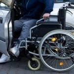 ¿Puede una aseguradora negarse a asegurar el coche de una persona con discapacidad?